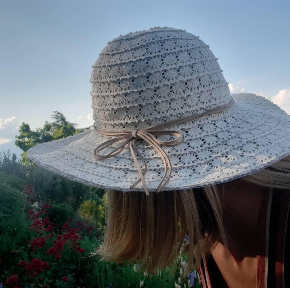 capelli lisci con cappello