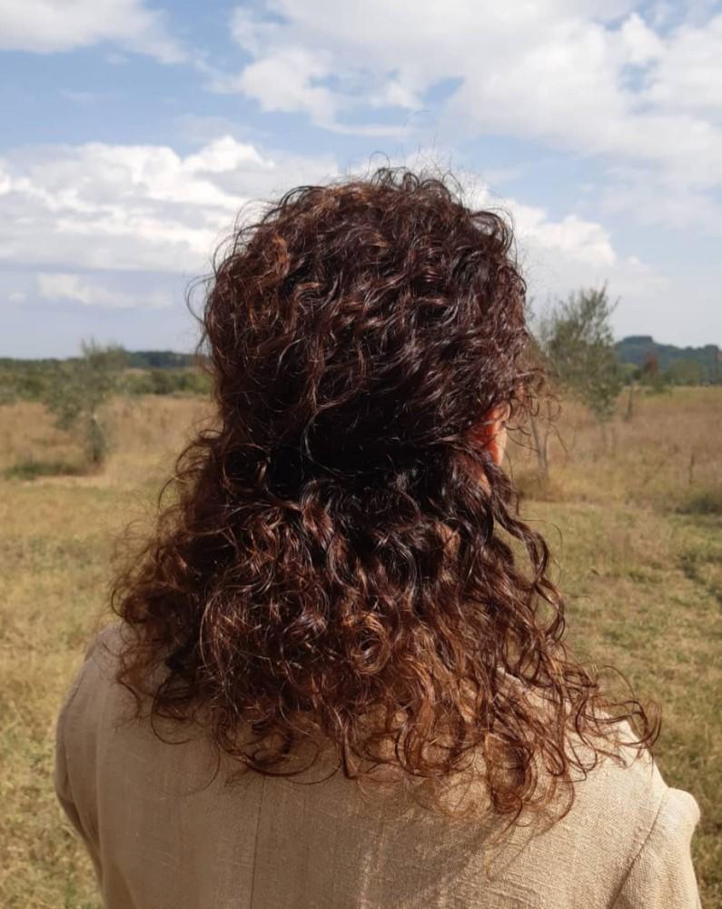 capelli ricci scuri